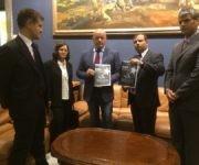 Fernando González entregó el informe contra el bloqueo que presentará Cuba en la ONU. Foto: Asociación Nacional de Amistad Italia-Cuba.