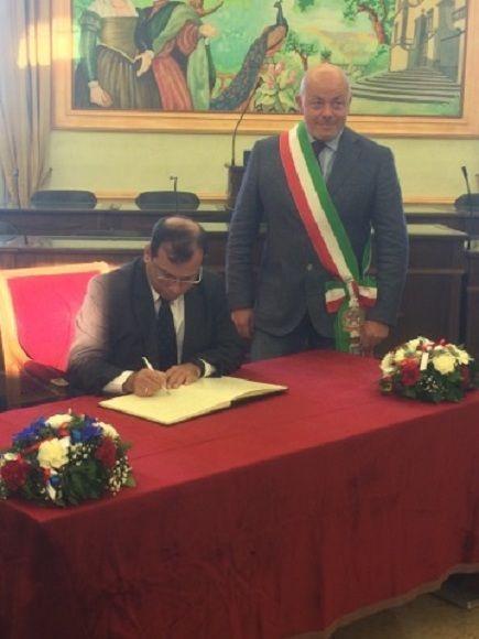 Fernando González firma el libro de húesped ilustre. Foto: Asociación Nacional de Amistad Italia-Cuba.
