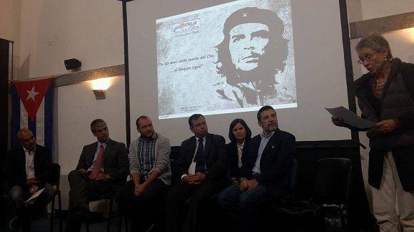 En la ceremonia se le rindió tributo al Che y a Camilo Cienfuegos. Foto: Asociación Nacional de Amistad Italia-Cuba.