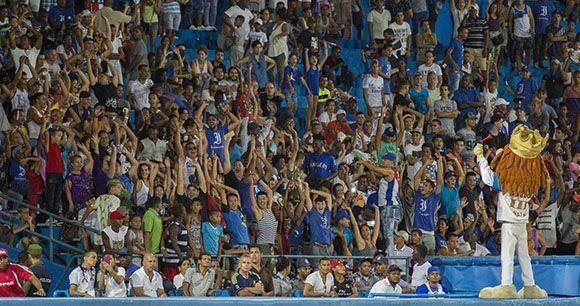 Los aficionados de Industriales han respaldado a su equipo. Foto: Jennifer Romero/Cubadebate
