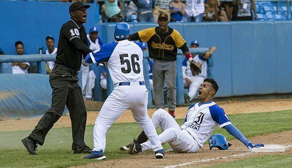 La pelota es toda pasión. Foto: Jennifer Romero/Cubadebate