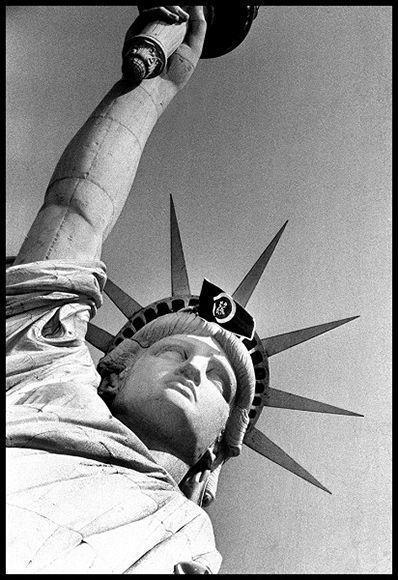 """""""La señora y la bandera"""", de Roberto Salas, icono de la fotografía de prensa."""