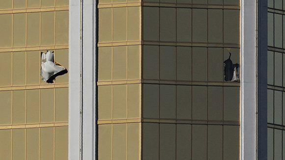 Las ventanas rotas tras el tiroteo en el Mandalay Bay Resort y el Casino, Las Vegas, EE.UU. Foto: Mike Blake/ Reuters.