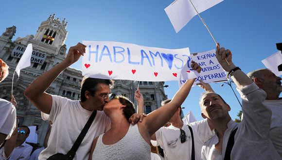 Participantes en la concentración de Madrid en favor del diálogo. Foto: Reuters.