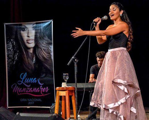La cantante Luna Manzanares, en concierto en el Cine Teatro Tunas, como parte de una gira nacional, en la oriental provincia de Las Tunas, Cuba, el 25 de octubre de 2017. Foto: Yasiel Peá/ ACN.