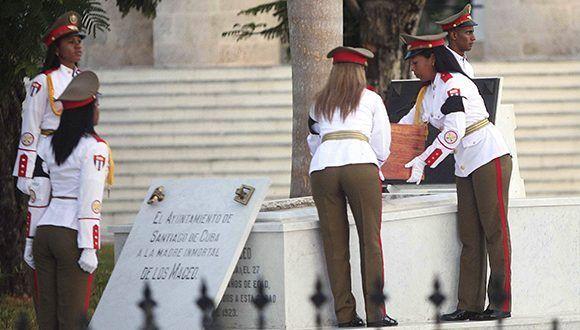 Integrantes del pelotón de ceremonias del Estado Mayor General de las Fuerzas Armadas Revolucionarias, depositan los restos de Mariana Grajales. Foto: Miguel Rubiera / ACN