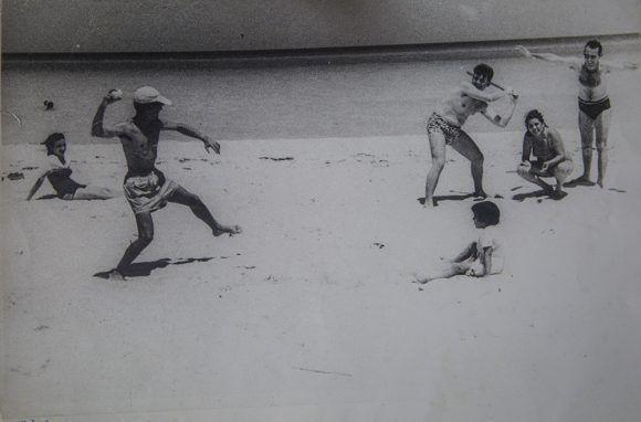 Abel juega pelota en la playa con amigos. Foto: Cortesía Casa Museo Abel Santamaría