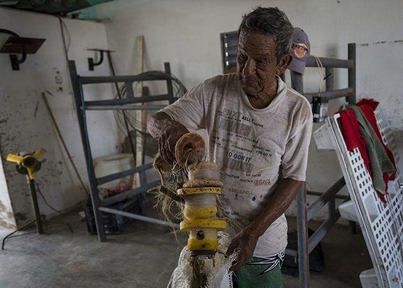 Los pliegues de las manos de Emérito delatan que es pescador. Foto: Irene Pérez/ Cubadebate.