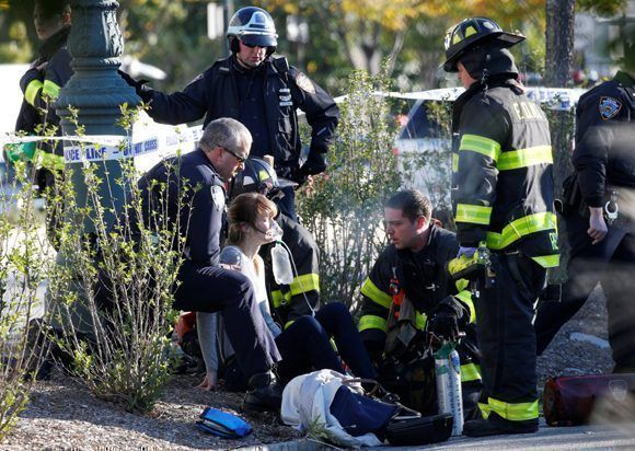 En la imagen, una mujer es socorrida por los equipos de emergencia tras sufrir una lesión cuando circulaba por el carril de bicicletas. Foto: Brendan McDermid / Reuters