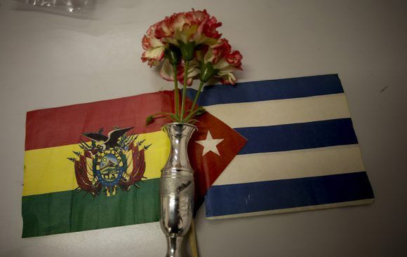 Una ofrenda de Lena a su padre, al Che y a la tropa. Foto: Ismael Francisco/ Cubadebate.