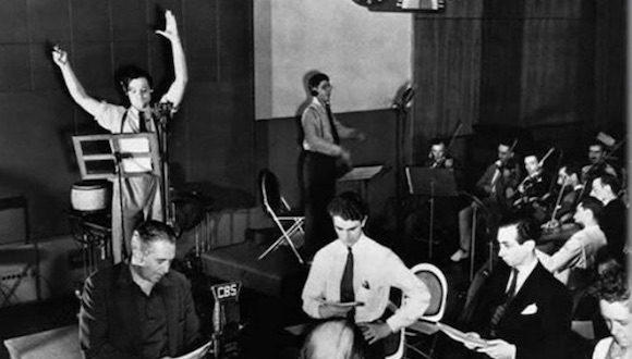 """Tras fundar la compañía Mercury Theater, en 1938 Orson Welles causó un escándalo con la representación radiofónica de """"La Guerra de los Mundos"""" que el público tomó comoreal."""