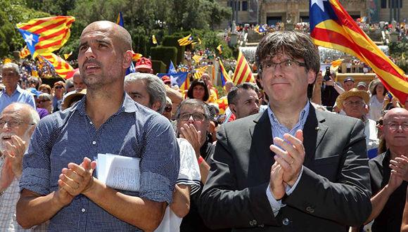 Pepe Guardiola junto a Carles Puigdemont en acto independendentista celebrado el 11 de junio en Barcelona . Foto: EFE