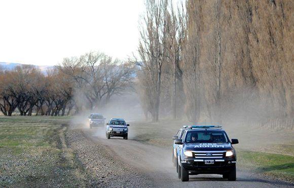 La policía argentina hace un rastrillaje en busca de Santiago Maldonado en una zona cercana al Río Chubut. Foto: Maxi Failla/ El Clarín.