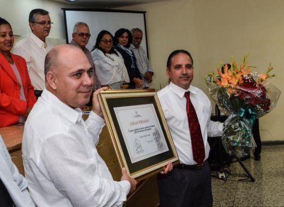 El Dr.C. Valentín Salvador Rodríguez Moya (D), recibe de manos del Dr. Roberto Morales Ojeda (I), Ministro de Salud Pública de Cuba y miembro del Buró Político del Comité Central del  Partido, el Gran Premio, durante el acto de entrega del Premio Anual de Salud 2017. Foto: Marcelino Vázquez/ ACN.