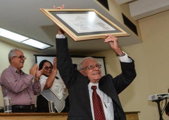 El  Dr.C. Evelio Cabezas Cruz, recibió el Premio al Mérito Científico por la Obra de Toda La Vida, durante el acto de entrega del Premio Anual de Salud 2017, en la sede del ministerio, en La Habana, el 28 de octubre de 2017Foto: Marcelino Vázquez/ ACN.
