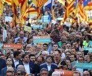Carles Puigdemont y otros miembros de la Generalitat encabezan la manifestación. Foto: Ivan Alvarado / Reuters