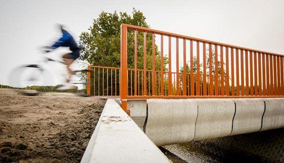 La impresión del puente, formado por unas 800 capas y compuesto por hormigón pretensado y reforzado, comenzó en junio. Foto: AFP.