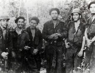 Ramiro Valdés junto al Che en la Sierra Maestra