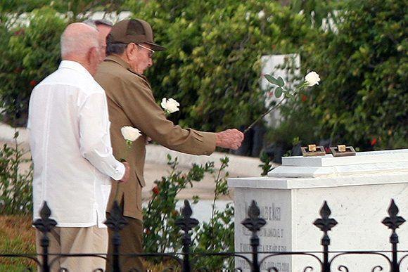 El General de Ejército Raúl Castro Ruz junto a José Ramón Machado Ventura, Segundo Secretario del PCC, rinden honores ante la tumba de Mariana Grajales, Madre de todos los cubanos. Foto: Miguel Rubiera / ACN