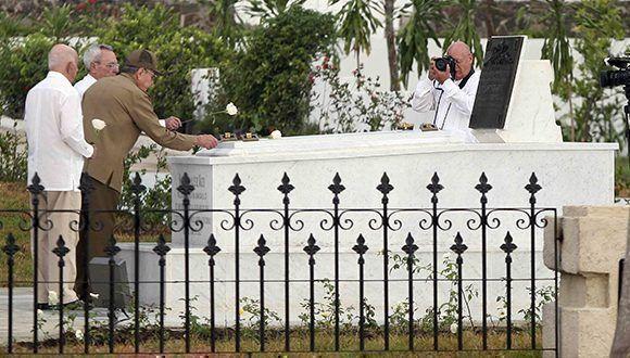 El General de Ejército Raúl Castro deposita una flor en la tumba donde descansan los restos de Mariana Grajales, Madre de todos los cubanos. Foto: Miguel Rubiera / ACN