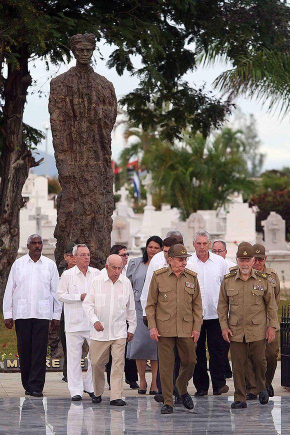 El General de Ejército Raúl Castro junto a otros miembros del Partido y el gobierno, rinden honores ante la tumba de Mariana Grajales, Madre de todos los cubanos. Foto: Miguel Rubiera / ACN