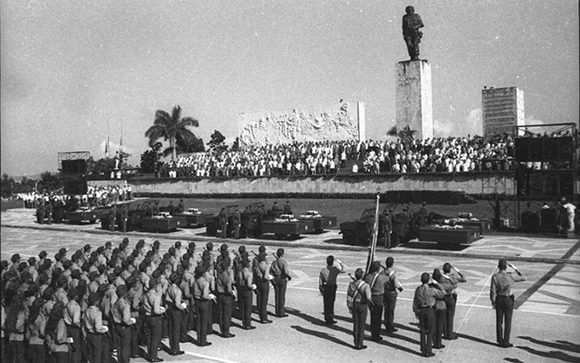 Ceremonia de inhumación en la plaza del Che en la Plaza de Santa Clara. Foto: Archivo/Vanguardia.