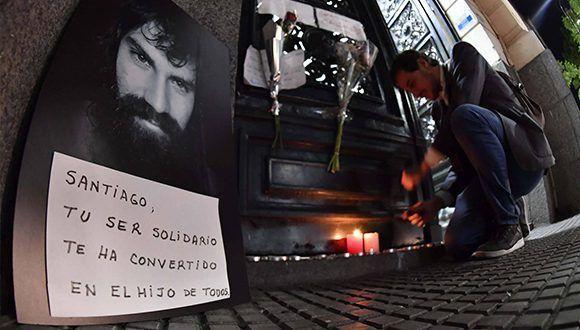 Un retrato de Santiago Maldonado y velas en la puerta de la morgue de Buenos Aires. Foto: TELAM