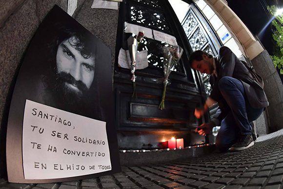 Un retrato de Santiago Maldonado y velas en la puerta de la morgue de Buenos Aires. Foto: Télam.