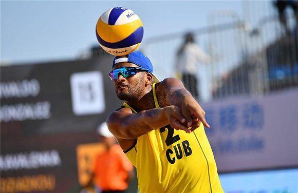 Los cubanos avanzan a cuartos de final en China tras vencer a la dupla bielorrusa que ocupa el puesto 52 en el ranking. En la imagen, Sergio González, el capitán de la dupla. Foto: FIVB.