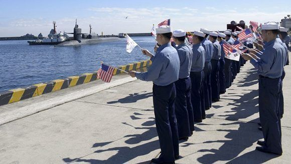 Militares surcoreanos reciben al submarino nuclear estadounidense con banderitas de ambos países. Foto: US Navy.