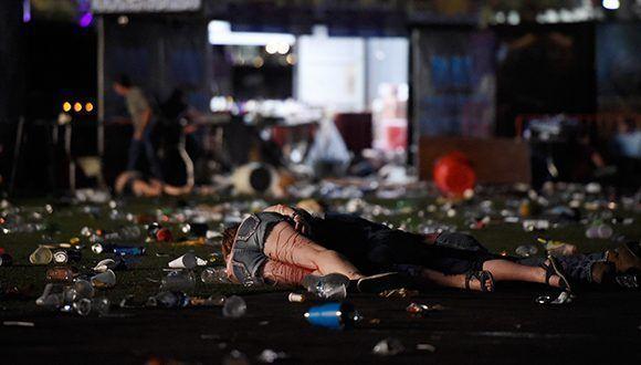 Al menos 50 personas han muerto y más de 200 han resultado heridas tras un tiroteo cerca de un famoso hotel de Las Vegas. Foto: David Becker / AFP.
