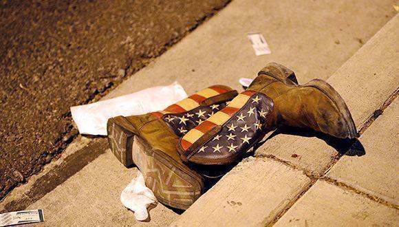 Unas botas de vaquero en una calle junto a la sala de conciertos donde se produjo un tiroteo masivo contra los asistentes a un festival de música en Las Vegas, Nevada (EEUU), el 1 de octubre de 2017. Foto: Steve Marcus / Reuters