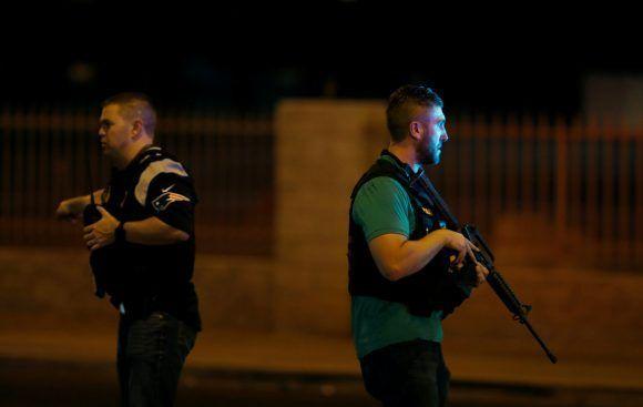 Agentes de la ley aseguran el lugar del tiroteo. Foto: Steve Marcus / Reuters