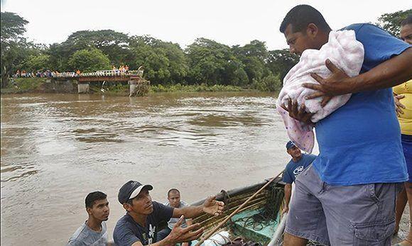 Trece personas murieron en Nicaragua por causa de la tormenta tropical Nate, que inundó y dañó más de 3,500 viviendas, según datos oficiales preliminares. Las escuelas son utilizadas para refugiar a familias afectadas por el desastre natural. Foto: El Nuevo Diario.
