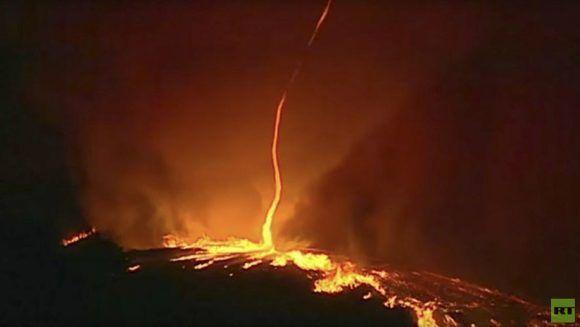Este raro fenómeno natural se produce cuando el fuego, el polvo y las corrientes cálidas de aire se combinan, formando una especie de embudo ardiente.