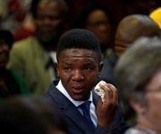 Victor Mlotshwa, el joven víctima del ataque, llora tras conocer la sentencia condenatoria contra sus agresores. Foto: Reuters
