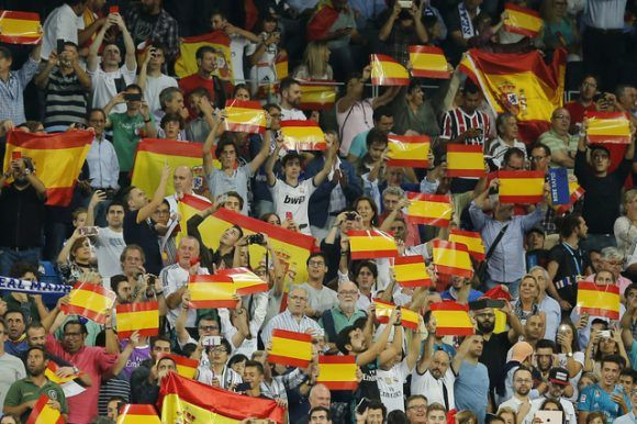 Aficionados del Real Madrid muestran la bandera de España durante el encuentro ante Espanyol. Foto: Ap