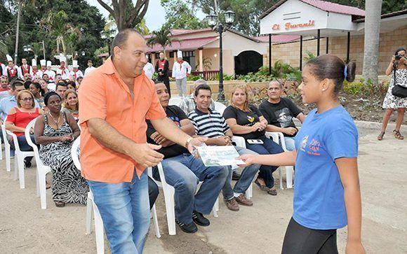 En el acto de apertura del  Complejo recreativo Somos Jóvenes de Santa Clara fueron reconocidas las entidades participantes en su reparación capital. Foto: Ramón Barreras Valdés/ Vanguardia.