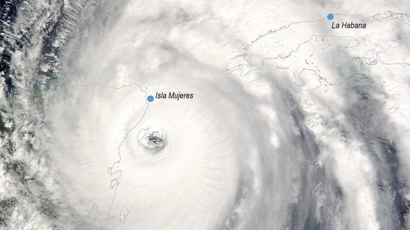 Imagen del satélite del 21 de octubre de 2005. El huracán Wilma, de categoría 4, a punto de tocar tierra en México. Crédito: NASA.