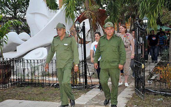 Julio Lima Corzo y Alberto López Díaz, presidente y vicepresidente del Consejo Defensa Provincial, respetivamente, recorrieron la nueva instalación. Foto: Ramón Barreras Valdés/ Vanguardia.