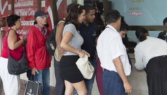 Personas hacen cola para adquirir entradas y pasaportes en el Complejo Cultural Yara en la jornada previa al inicio de la edición 37 del Festival Internacional del Nuevo Cine Latinoamericano, en La Habana, Cuba, el 3 de diciembre de 2015. ACN FOTO/Roberto MOREJÓN RODRÍGUEZ/