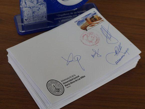 La cancelación postal quedará como recuerdo de los 65 años de la UCLV (Foto: Malú Vilasa)