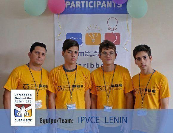 Los miembros del equipo junto a su entrenador en la foto oficial del torneo