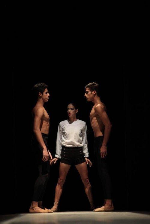 "La joven coreógrafa Ely Regina Hernández ultima hoy con artistas del Ballet Nacional de Cuba (BNC) detalles de ""Anyali"". Foto: BNC."