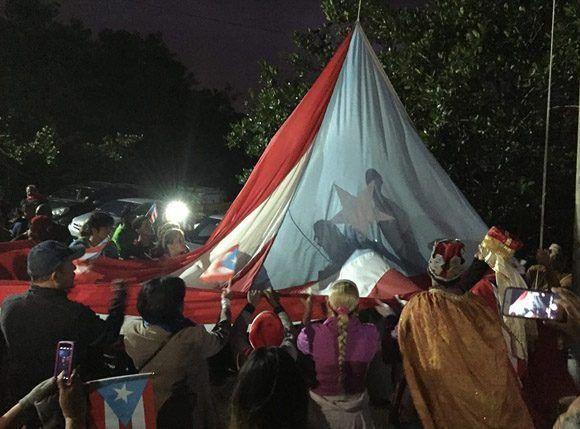 La bandera...Así se alza y ondea sola
