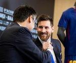 bartomeu-y-messi-firman-la-renovacion-del-atacante-argentino