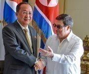 Bruno Rodríguez Parrilla (D), ministro de Relaciones Exteriores de Cuba, recibió a su homólogo de la República Popular Democrática de Corea, Ri Yong Ho (I), en la sede de la cancillería, en La Habana, Cuba, el 22 de noviembre de 2017.  ACN FOTO/ Yaciel PEÑA DE LA PEÑA/ogm