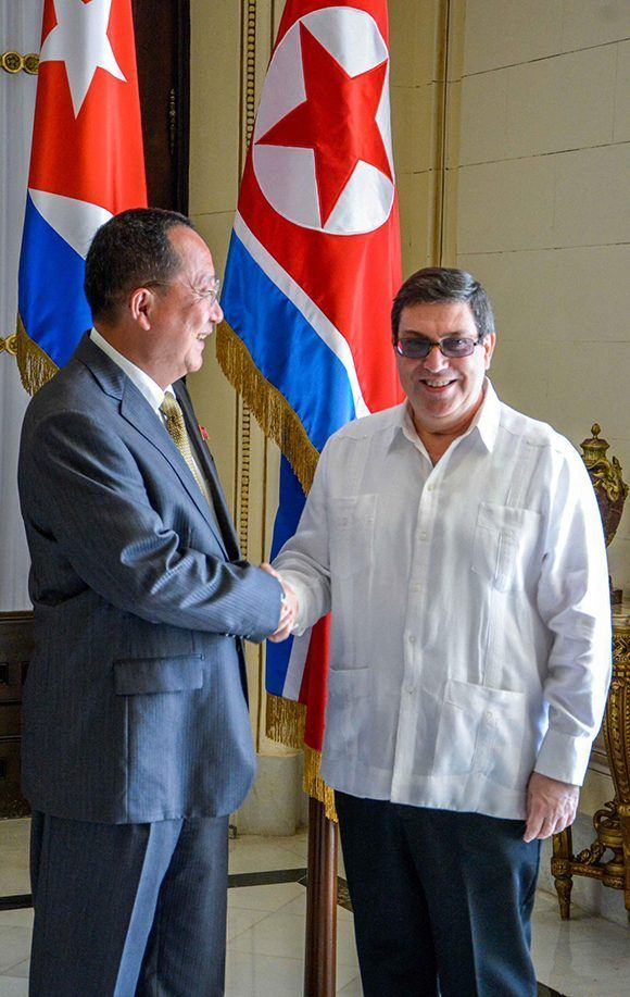 Cancilleres de Cuba y Corea del Norte se saludan en La Habana. Foto: Yaciel Peña/ ACN