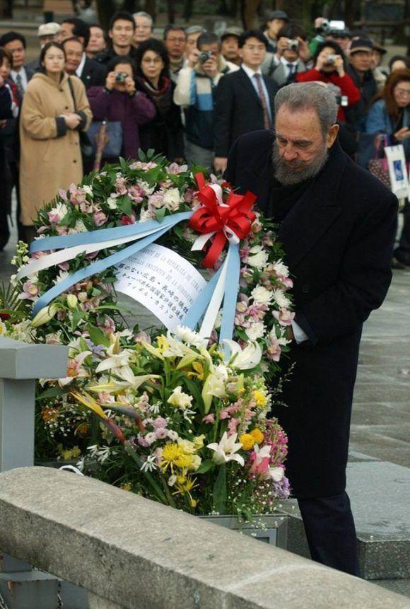 Fidel coloca ofrenda en homenaje a las víctimas del bombsrdeo nuclar en Hiroshima