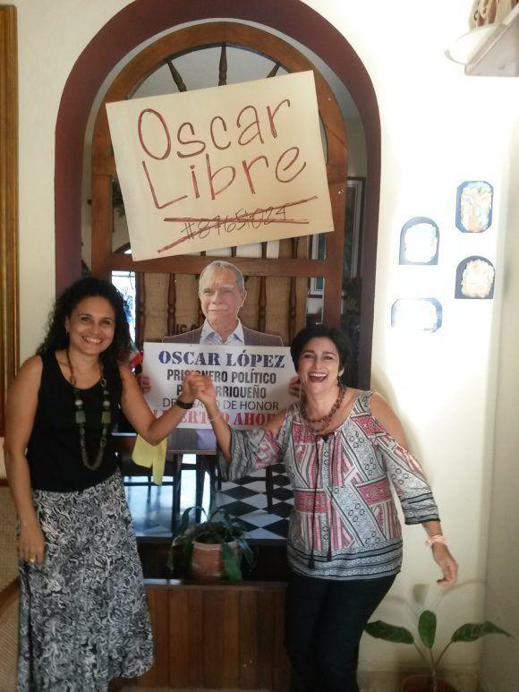 Con la alegría de las cubanas...Raquel y yo